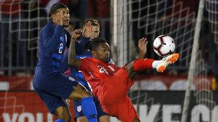 Yordy Reyna (d) de Perú disputa el balón con DeAndre Yedlin (i) de...