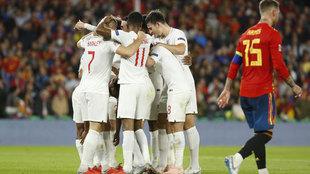 La selección inglesa celebra uno de los goles en Sevilla.