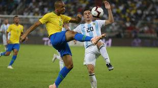 Lo Celso lucha por un balón con el brasileño Miranda.