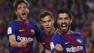 Sergi Roberto, Coutinho y Suárez celebran un gol.