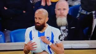 Bruno Saltor (Brighton & Hove Albion) con el aficionado que parece...
