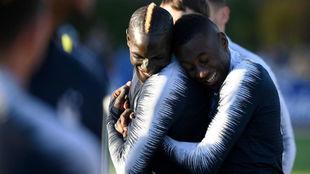 Matuidi, a la derecha, abraza a Mamadou Sakho en la concentración de...