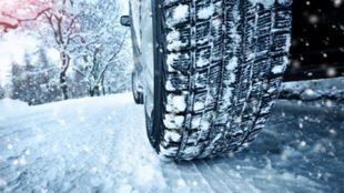 Las ruedas de invierno tiene mayor agarre sobre la nieve y reducen la...