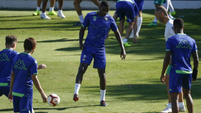 Carvalho, junto a varios compañeros, en el entrenamiento de este...