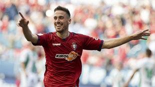 Kike Barja celebra un gol con el Osasuna.