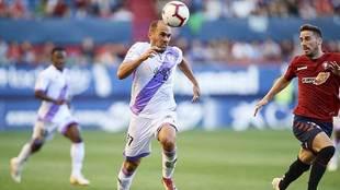 Unai Medina controla el balón durante el partido del Numancia en El...