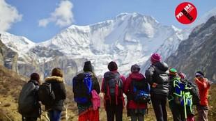 Edurne Pasaban, en el Monte Saipal, con un grupo de mujeres nepalíes.