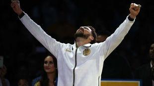 Klay Thompson alza los brazos con su anillo de campeón de la NBA...