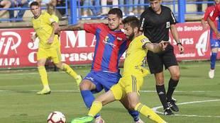 Olabe disputa un balón con José Mari en el triunfo ante el Cádiz