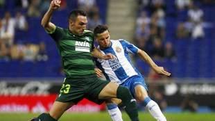 Arbilla disputa un balón con Piatti en un partido ante el Espanyol.