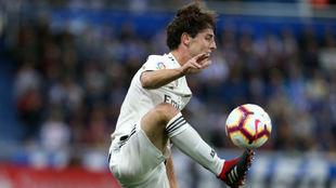 Odriozola controla el balón durante el partido contra el Alavés.