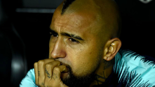 Arturo Vidal, sentado en el banquillo.