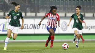 Ludmila da Silva intenta controlar un balón ante la oposición de dos...