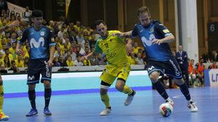 Solano disputa un balón con Rafa López,