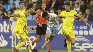 Diego Aguirre, rodeado por jugadores del Cádiz en La Romareda