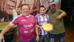 Ángel Martín recoge la tortilla hecha por Fernando Carrión (padre)...
