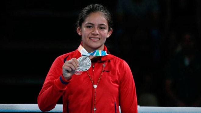 Jennifer Carrillo posa con su medalla de plata