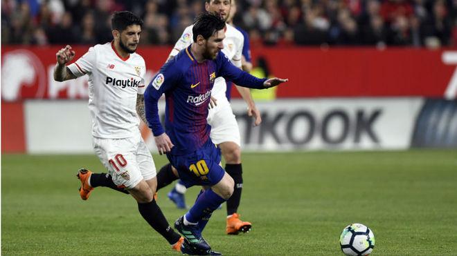 Banega persigue a Messi en un Sevilla-Barcelona.