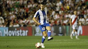 Marc Roca, con el balón, en un encuentro con el Espanyol