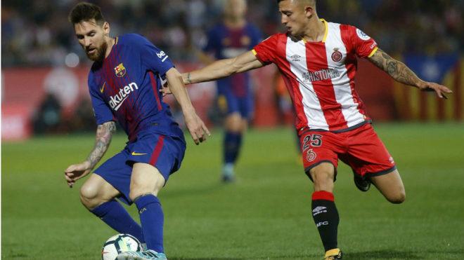 Maffeo agarra a Messi en el Girona-Barcelona del pasado año.