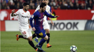 Banega hunts down Messi during a Sevilla vs Barcelona match.