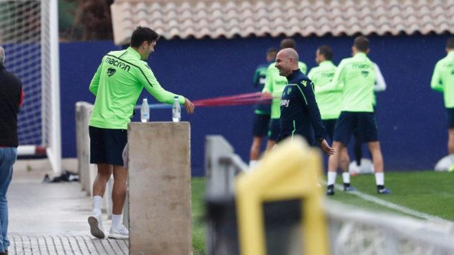 Paco López saluda a Vukcevic durante la sesión de esta mañana en Buñol.