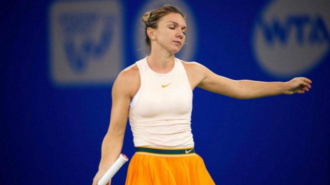 Simona Halep durante el partido frente a Dominika Cibulkova en el Torneo de Wuhan.