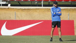 Pablo Machín oversees Sevilla training.