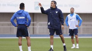 Muñiz da indicaciones a sus jugadores en un entrenamiento.