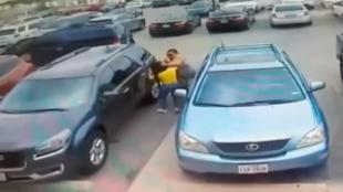 Un hombre golpea a una mujer y su hija por un aparcamiento