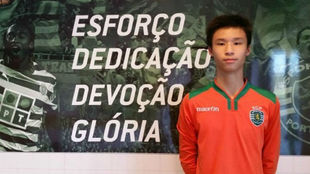 Yee Sun Ng posa con un cartel en las instalaciones del Sporting CP.