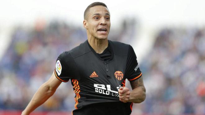 Rodrigo celebra uno de los goles que anotó el curso pasado al...