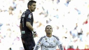 Oier junto a Ronaldo durante el Madrid-Granada de 2014-15