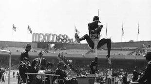 Bob Beamon en el salto previo al salto en México '68.