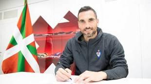 Arbilla firma su nuevo contrato.