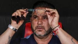 Mohamed, técnico del Celta, limpia sus gafas.