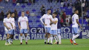 Los jugadores aplauden a la afición al término de la derrota con el...