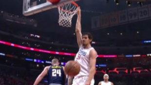 Marjanovic machaca el aro de los Nuggets.