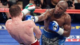 Floyd Mayweather durante la pelea ante Canelo en