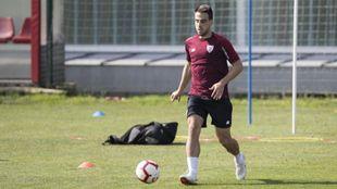 Beñat conduce el balón durante un entrenamiento.