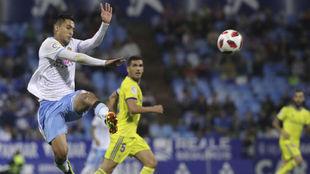 Jeison Medina salta a por un balón en su estreno en Zaragoza.