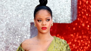 Rihanna durante una alfombra roja.