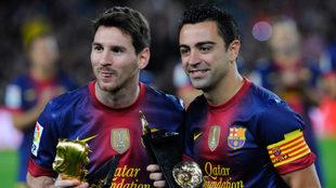 Messi y Xavi posa en el Camp Nou con sus premios