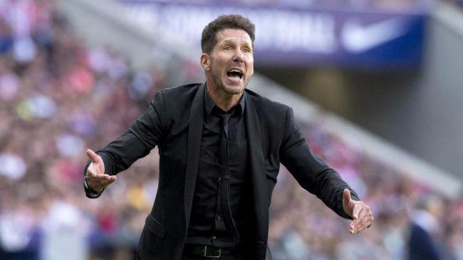 Simeone da indicaciones en el Wanda Metropolitano.