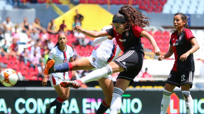 Fabiola Ibarra durante un partido en la Liga MX Femenil.
