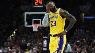 LeBron James se lamenta tras la derrota de sus Lakers