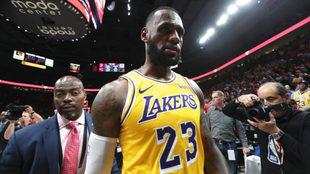 LeBron James, serio tras la derrota en Portland.