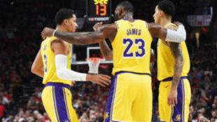 Las mejores imágenes de LeBron James en su primer partido oficial con...