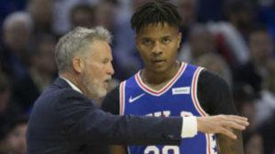 Markelle Fultz recibiendo las instrucciones de su entrenador, Brett...