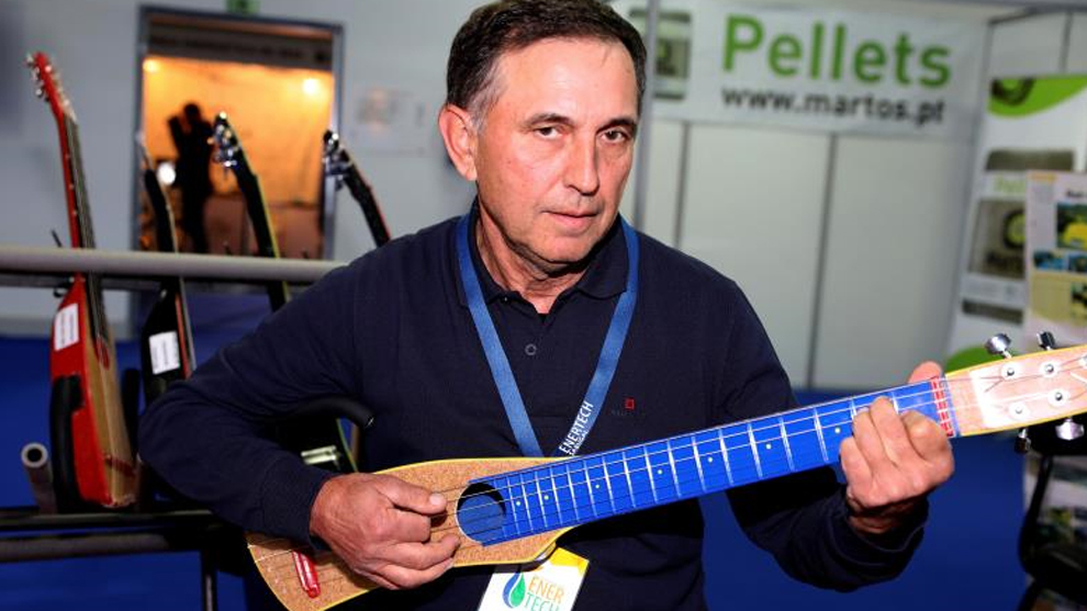 Un luthier portugu s elabora guitarras sin madera s lo for Que es un luthier